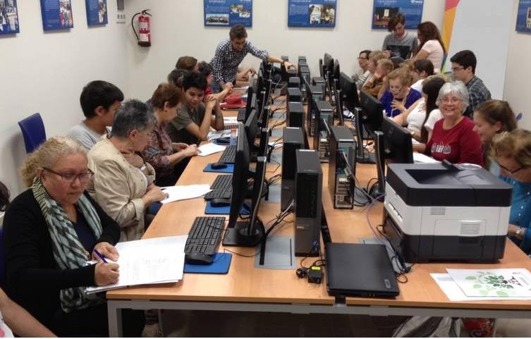 Noticia Web del Ayuntamiento de Santa Cruz de Tenerife: «Estudiantes de la ESO imparten un taller de Internet para mayores de Santa Cruz».